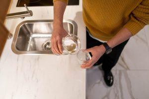 Faire des économies grâce à de l'eau filtrée au robinet